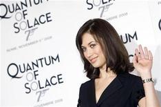 <p>Foto de archivo de la actriz ucraniana Olga Kurylenko durante el estreno en Italia de la película de James Bond 'Quantum of Solace', Roma, nov 5 2008. Que James Bond esté actualmente fuera de la industria no significa que los guionistas de sus últimas dos películas también. REUTERS/Alessandro Bianchi</p>