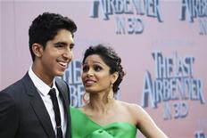 """<p>Dev Patel e sua namorada Freida Pinto no lançamento do filme """"Último Mestre do Ar"""" em Nova York. O filme estreia neste final de semana em circuito nacional. 30/07/2010 REUTERS/Lucas Jackson</p>"""