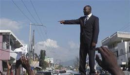 <p>Уайклиф Жан общается с толпой в столице Гаити городе Порт-о-Пренс 5 августа 2010 года. Гаитянский хип-хоп певец Уайклиф Жан не попал в список кандидатов в президенты острова, который официально будет оглашен в пятницу, сообщил представитель администрации в четверг. REUTERS/St-Felix Evens</p>
