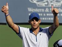 <p>Американский теннисист Энди Роддик радуется победе над сербом Новаком Джоковичем в четвертьфинальном матче Cincinnati Masters в Цинциннати 20 августа 2010 года. Ассоциация теннисистов-профессионалов (ATP) опубликовала в понедельник новый рейтинг лучших игроков планеты Entry System. REUTERS/John Sommers II</p>