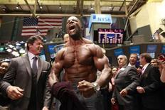 """<p>Актеры Сильвестр Сталлоне (слева) и Терри Крюз (в центре) на открытии Нью-Йоркской фондовой биржи 19 августа 2010 года. Сильвестр Сталлоне и его банда """"Неудержимых"""" вторую неделю подряд удерживают лидерство в североамериканском бокс-офисе. REUTERS/Brendan McDermid</p>"""