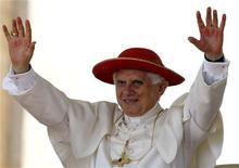 <p>Les pèlerins qui voudront suivre la visite du Pape en Grande-Bretagne en septembre ne seront pas autorisés à utiliser des instruments de musique. /Photo prise le 4 août 2010/REUTERS/Stefano Rellandini</p>