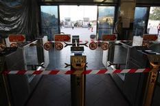 <p>Вход на железнодорожную станцию закрыт из-за отключения света в Санкт-Петербурге, 20 августа 2010 года. Петербургский блэкаут, парализовавший часть второго по величине мегаполиса страны в прошлую пятницу, произошел из-за повреждения кабеля на одной из электроподстанций, сообщил диспетчер энергосистемы, компании Системный оператор. REUTERS/Alexander Demianchuk</p>