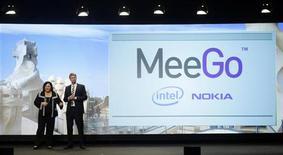 <p>Présentation en février du système d'exploitation pour mobiles MeeGo. Nokia et Intel ont assuré mardi que leur nouveau logiciel, considéré comme crucial pour le premier fabricant mondial de téléphones portables, avait déjà reçu un bon accueil, à l'occasion de l'inauguration en Finlande d'un nouveau centre de recherche en commun avec Nokia. /Photo prise le 15 février 2010/REUTERS/Albert Gea</p>