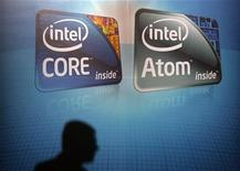 <p>Deux familles de puces Intel. Le fondeur américain promet que ses prochaines générations de processeurs (Moorestown et Medfield) lui permettront de rattraper son retard sur ceux de son concurrent ARM en termes de consommation énergétique. /Photo prise le 1er juin 2010/REUTERS/Pichi Chuang</p>