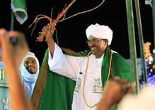 <p>Sudanese President Omar Al-Bashir waves to supporters during an election rally, April 09, 2010. REUTERS/Mohamed Nurdldin</p>