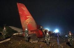 <p>Военная полиция на месте крушения пассажирского самолета в городе Ичунь, КНР 25 августа 2010 года. Пассажирский самолет, на борту которого находились 96 человек, разбился в городе Ичунь в северо-восточной китайской провинции Хэйлунцзян, сообщает агентство Синьхуа со ссылкой на источники в правительстве и авиакомпании. REUTERS/Stringer</p>
