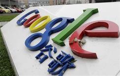 <p>Imagen de archivo del logo de Google frente a su antigua sede en Pekín, China. Jul 1 2010 La empresa de internet Google Inc anunció el miércoles que comenzará a ofrecer llamados telefónicos gratis a los clientes de su servicio de correo electrónico Gmail en Estados Unidos y Canadá, durante lo que queda del año, y que espera ampliar el servicio. REUTERS/Jason Lee/ARCHIVO</p>