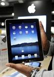 <p>Un vendedor muestra el iPad de Apple durante su lanzamiento en Bruselas. Jul 23 2010 El iPad de Apple no tendrá un rival serio hasta el próximo año y cuando aparezcan competidores en Tablet PC van a tener que adaptar las aplicaciones personalizadas del iPad, según un informe de la empresa de estudios de mercado iSuppli. REUTERS/Thierry Roge/ARCHIVO</p>