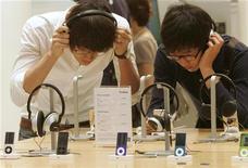<p>Юноши слушают плееры iPod в магазине в Сеуле 26 августа 2009 года. Apple Inc, как ожидается, продемонстрирует новую линию плееров iPod 1 сентября, а также может оживить свой слабо развиваемый телевизионный проект Apple TV. REUTERS/Choi Bu-Seok</p>