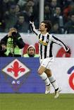 """<p>Игрок """"Ювентуса"""" Диего радуется голу, забитому в ворота """"Фиорентины"""", во Флоренции 6 марта 2010 года. Итальянский """"Ювентус""""продал бразильца Диего в """"Вольфсбург"""" за 15,5 миллиона евро, что почти на 10 миллионов евро меньше, чем заплатили за него туринцы в прошлом году. REUTERS/Giampiero Sposito</p>"""