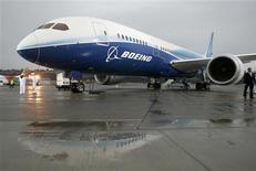 <p>Foto de archivo del 787 Dreamliner de Boeing en la loza del aeropuerto de la compañía en Seattle, EEUU, dic 15 2009. Boeing Co ha retrasado la entrega de los primeros 787 Dreamliner en varias semanas, una decisión que si bien era esperada constituye la última de una serie de fallos embarazosos que han interrumpido la producción. REUTERS/Robert Sorbo/Files</p>