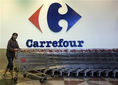 A shopper pushes a trolley outside a Carrefour supermarket in Singapore July 16, 2010. REUTERS/Edgar Su