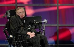 """<p>Imagen de archivo de Stephen Hawking, hablando en una ceremonia en el Perimeter Institute For Theoretical Physics en Kitchener, Canadá. Jun 20 2010 Dios no creó el Universo y el """"Big Bang"""" fue la consecuencia inevitable de las leyes de la física, según señala el eminente físico teórico británico Stephen Hawking en un nuevo libro. REUTERS/Sheryl Nadler/ARCHIVO</p>"""