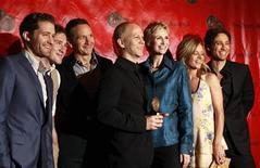 """<p>Imagen de archivo del director de Glee, Ryan Murphy (C), recibiendo un premio junto a parte del elenco de la serie, durante una ceremonia en Nueva York. May 17 2010 El exitoso programa de televisión """"Glee"""" y la compañía de tarjetas de crédito American Express unieron sus fuerzas en una nueva campaña de acción social para inspirar a los televidentes a que hagan una diferencia en sus comunidades. REUTERS/Lucas Jackson/ARCHIVO</p>"""
