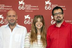 <p>Diretores Jaume Balagueró (esq), Paco Plaza (dir) e a atriz Manuela Velasco divulgam filme 'REC 2-Possuídos' no Festival de Veneza em 2009. O filme estreia nesse final de semana em circuito nacional. 02/09/2009 REUTERS</p>