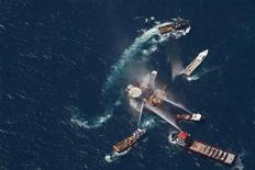 <p>Суда заливают водой горящую нефтегазовую платформу у побережья Луизианы 2 сентября 2010 года. Нефтегазовая платформа компании Mariner Energy Inc в Мексиканском заливе у побережья США охвачена огнем, однако сообщения об утечке нефти пока не поступали, сообщила американская береговая охрана. REUTERS/Lee Celano</p>