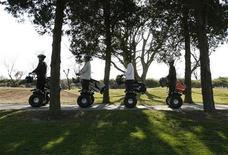 <p>Мужчины едут на самокатах Segway в гольф-парке в Ториде 5 января 2009 года. Германская компания, уволившая своего работника за трату электричества на сумму 1,8 евроцента, не имела на это право, постановил суд. REUTERS/Toru Hanai</p>