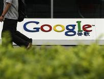 <p>Imagen de archivo del logo de Google en su oficina en Pekín. Jun 30 2010 Google está en conversaciones con varias discográficas para crear una tienda de descarga y un almacén digital de canciones que permitiría a sus usuarios móviles reproducir canciones donde estén, en un paso más de su rivalidad con Apple, dijeron personas familiarizadas con el asunto. REUTERS/Bobby Yip/ARCHIVO</p>