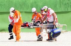 <p>Piloto japonês da categoria Moto2 Shoya Tomizawa é levado em maca após acidente no Grande Prêmio de San Marino no domingo. Tomizawa morreu após o acidente. 05/09/2010 REUTERS/Stringer</p>