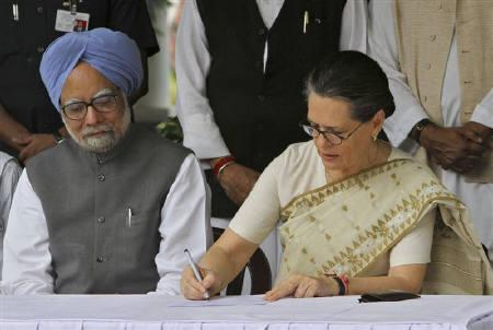 Congress party president Sonia Gandhi and Prime Minister Manmohan Singh  at her residence in New Delhi September 2, 2010. The prime minister said on Monday he wanted to lower the average age of his cabinet, a remark that could signal a greater role for young and reformist ministers in a team dominated by a socialist old guard.REUTERS/B Mathur/Files