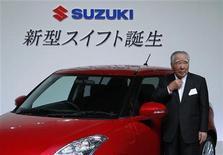 <p>Imagen de archivo del presidente de Suzuki Motor Corporation, Osamu Suzuki, posando junto al remodelado Swift en Tokio. Ago 26 2010 La automotriz japonesa Suzuki Motor Corp dijo que construirá una cuarta planta en India, lo que impulsaría su producción en uno de los mercados de autos de más rápido crecimiento a 1,5 millones de unidades por año. REUTERS/Kim Kyung-Hoon/ARCHIVO</p>