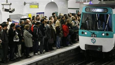 Commuters wait for a metro at Gare de l'Est subway station in Paris November 22, 2007, during a nationwide strike by French transport workers to protest against a pensions reform. REUTERS/Benoit Tessier