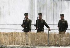 <p>Северокорейские солдаты патрулируют берег реки Ялуцзян, 25 мая 2010 года. КНДР решила освободить семерых иностранных рыбаков, включая троих китайцев, задержанных в августе из-за незаконного пересечения морской границы. REUTERS/Jacky Chen</p>