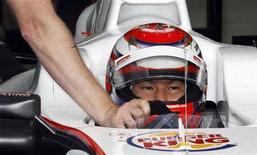"""<p>Японский гонщик Камуи Кобаяси сидит за рулем болида во время тренировочного заезда, 27 августа 2010 года. Японский гонщик в классе """"Формула- 1"""" Камуи Кобаяси останется с командой """"Заубер"""" в следующем сезоне, сообщили представители швейцарской команды во вторник. REUTERS/Thierry Roge</p>"""