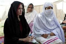 <p>La actriz Angelina Jolie visita a las personas desplazadas, en el campamento Kandaro II en Nowshera, Pakistán. Sep 7 2010 La actriz de Hollywood Angelina Jolie pidió el martes asistencia constante y a largo plazo para Pakistán para ayudarlo a hacer frente a las peores inundaciones de su historia, que han causado estragos en el empobrecido país. REUTERS/Jason Tanner/UNHCR/Handout</p>