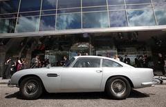 <p>Imagen de archivo del Aston Martin DB5 original, conducido por el actor Sean Connery en las pelculas de James Bond, en Londres. Jul 21 2010 Los fanáticos de James Bond con dinero en el bolsillo tendrán la oportunidad de luchar por el mayor objeto de interés del agente 007 cuando el Aston Martin DB5 del espía sea subastado el próximo mes. REUTERS/Suzanne Plunkett/ARCHIVO</p>