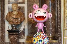 """<p>""""Kakai & Kiki"""" (derecha en la imagen) del artista japonés Takashi Murakami en el palacio de Versalles, Francia, sep 9 2010. Alocadas y oníricas creaciones de la mente de artista pop más destacado de Japón se tomaron esta semana el palacio Versalles, irritando a los monárquicos que desean mantener el lugar alejado de las influencias modernas. REUTERS/Benoit Tessier</p>"""