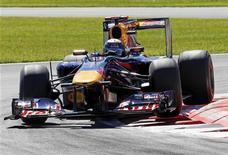 <p>Sebastian Vettel da Red Bull durante sessão de treino livre no GP da Itália. Vettel e Jenson Button, da McLaren, dividiram as atenções no treino desta sexta-feira. 10/09/2010 REUTERS/ Giampiero Sposito</p>