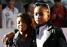 """<p>Filhos de Will Smith, Jaden (dir) e Willow em estreia do filme """"Karate Kid"""" no Japão. Willow assinou um contrato com o rapper Jay-Z para a produção de um disco. 05/08/2010 REUTERS/Kim Kyung-Hoon/Arquivo</p>"""