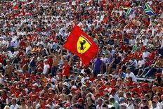 <p>Torcedores comemoram a vitória da Ferrari no Grande Prêmio da Itália. 12/09/2010 REUTERS/Giampiero Sposito</p>