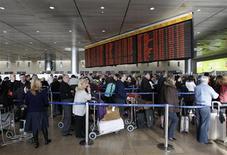 <p>Пассажиры ждут начала посадки в аэропорту имени Бен-Гуриона в Тель-Авиве, 5 января 2010 года. Наземный персонал международного аэропорта имени Бен-Гуриона в Тель-Авиве начал в понедельник бессрочную забастовку, что привело к остановке всех вылетающих рейсов, сообщила пресс-секретарь аэропорта. REUTERS/Ronen Zvulun</p>