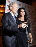 """<p>El director estadounidense Clint Eastwood y su esposa, Dina, durante la presentación de gala de """"Hereafter"""" en el Festival Internacional de Cine de Toronto, sep 12 2010. Luego de 50 años en el negocio cinematográfico, Clint Eastwood sigue sorprendiendo. REUTERS/Mike Cassese</p>"""