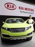 <p>Imagen de archivo de un automóvil de Kia Motors, durante una muestra en Koyang, Corea del Sur. Abr 5 2007 Kia Motors, la segunda automotora de Corea, planea producir 2.000 unidades de sus nuevos vehículos eléctricos para el 2012, según informó el martes un ejecutivo de su filial Hyundai Motor. REUTERS/You Sung-Ho/ARCHIVO</p>