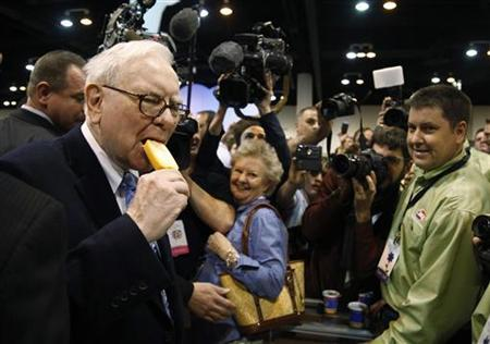Berkshire Hathaway chairman Warren Buffett takes a bite of a Dairy Queen vanilla orange ice cream bar at the Berkshire Hathaway annual meeting in Omaha May 1, 2010. REUTERS/Rick Wilking