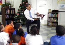 """<p>Le président Barack Obama va publier un livre pour enfants, inspiré par ses filles, qui rend hommage à 13 personnalités influentes des Etats-Unis, a annoncé mardi son éditeur Random House. Intitulé """"Of Thee I Sing: A Letter to My Daughters"""", le livre a été écrit par Obama avant son investiture le 20 janvier 2009. /Photo d'archives/REUTERS/Kevin Lamarque</p>"""