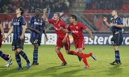 <p>Jogadores do Twente comemoram gol contra marcado pelo jogador da Inter de Milão Diego Milito (esquerdo) no empate de 2 x 2 pela Liga dos Campeões. 14/09/2010 REUTERS/Michael Kooren</p>