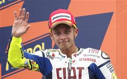 """<p>Гонщик """"Ямахи"""" Валентино Росси празднует третье место в гонках Гран-при в Сан-Марино 5 сентября 2010 года. Чемпиону мира по мотогонкам в классе MotoGP Валентино Росси предстоит операция на травмированном плече по окончании текущего сезона. REUTERS/Max Rossi</p>"""