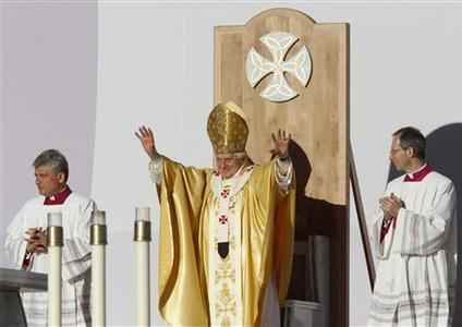 Pope Benedict XVI raises his hands behind the alter in Bellahouston Park in Glasgow September 16, 2010. RETUERS/Phil Noble