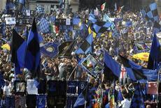 """<p>Фанаты """"Интера"""" празднуют чемпионство своей команды в Милане 16 мая 2010 года. Матчи третьего тура итальянской Серии А пройдут в субботу и воскресенье. REUTERS/Paolo Bona</p>"""