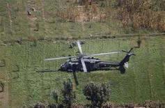 <p>Вертолет UH-60A Black Hawk высаживает солдат во время миссии в Кандагаре, 31 августа 2010 года. Гибель девяти военнослужащих в катастрофе вертолета в Афганистане сделала 2010 год рекордным по потерям личного состава для коалиционных сил. REUTERS/Oleg Popov</p>