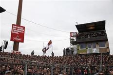 """<p>Болельщики """"Санкт-Паули"""" наблюдают за игрой своей команды против """"Гамбурга"""" в Гамбурге 19 сентября 2010 года. Матчи пятого тура немецкой Бундеслиги пройдут во вторник и среду. REUTERS/Christian Charisius</p>"""