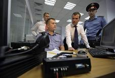 <p>Президент РФ Дмитрий Медведев в гостях у милиционеров в Йошкар-Оле 9 августа 2010 года. В четверг Медведев дал зеленый свет доработке и принятию закона, превращающего милицию в полицию. (REUTERS/RIA Novosti/Kremlin/Dmitry Astakhov)</p>