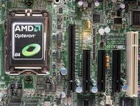 <p>Foto de archivo del procesador Opteron 6000 de la compañía AMD en Taipéi, abr 14 2010. El fabricante de chips Advanced Micro Devices Inc (AMD) dijo el jueves que espera una caída de entre un 1 y un 4 por ciento de sus ventas del tercer trimestre, en comparación con las del segundo trimestre, por una demanda menor a la esperada. REUTERS/Pichi Chuang (TAIWAN)</p>