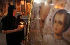 <p>Женщины молятся в храме в Косово, 22 июля 2010 года. Звезда 1950-х, певец и актер Эдди Фишер умер в возрасте 82 лет из-за осложнений после операции на бедре, говорится в заявлении его родственников. REUTERS/Marko Djurica</p>