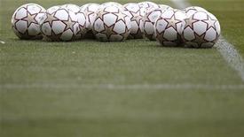 """<p>Официальные мячи финала Лиги чемпионов лежат на поле во время тренировки """"Баварии"""" в Мадриде 21 мая 2010 года. Матчи пятого тура итальянской Серии А пройдут в субботу и воскресенье. REUTERS/Kai Pfaffenbach</p>"""